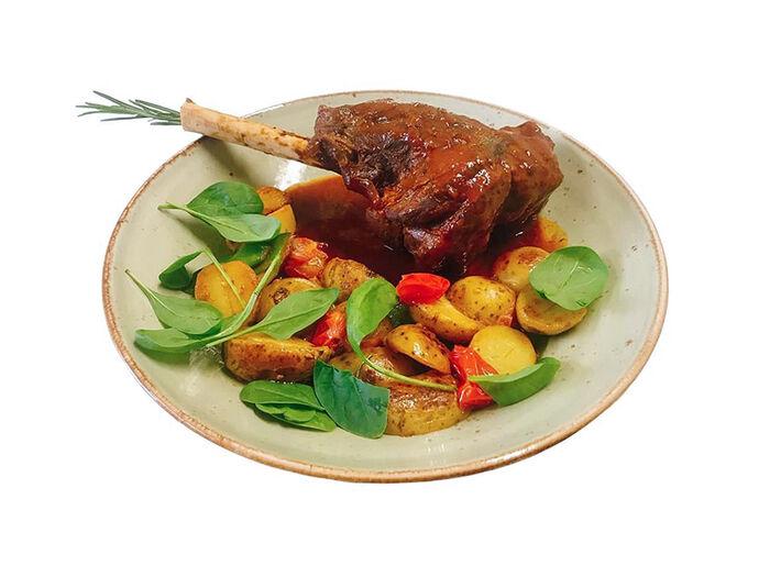 Томленая голень ягненка с картофелем и овощами