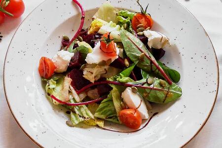 Салат с печеной свеклой и сыром