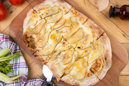 Пинца с грушей и сыром горгонзола