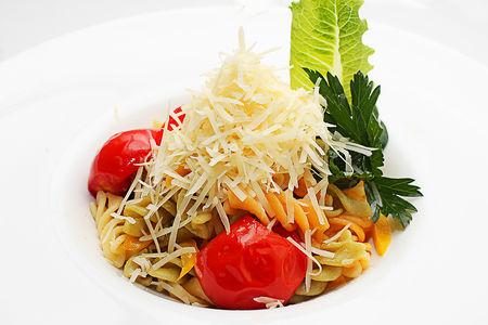 Детская паста с помидорами и овощами