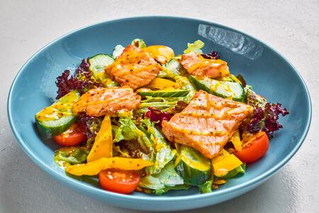 Микс из свежих овощей и листьев салата с жареным филе лосося