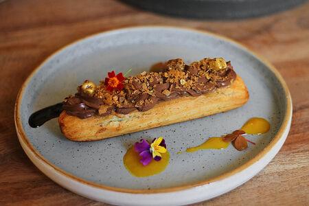 Шоколадный эклер с пряной грушей