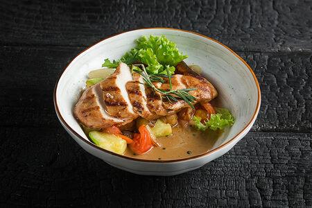 Куриная грудка на гриле с печеными овощами
