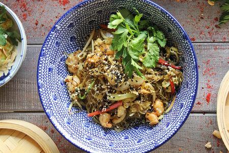 Рисовая лапша с креветками и курицей в соусе карри