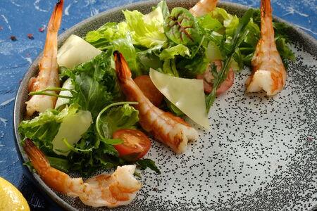 Салат руккола с дальневосточными креветками, томатами и твёрдым сыром
