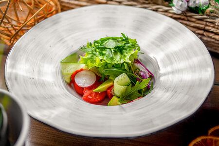 Салат Овощной с авокадо и зеленым маслом
