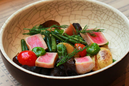 Тёплый салат с тунцом