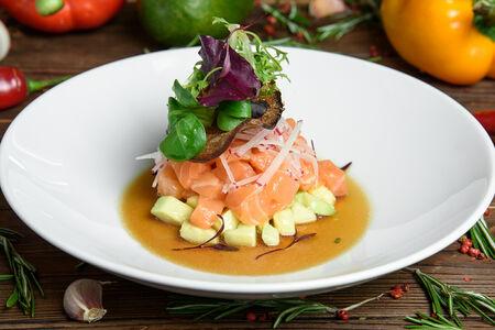 Тартар из лосося с авокадо и соусом Понзу