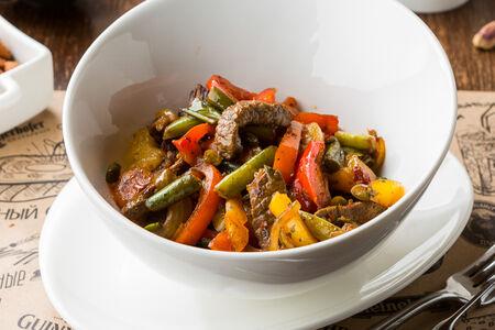 Теплый салат из вырезки говядины с овощами в тайской заправке