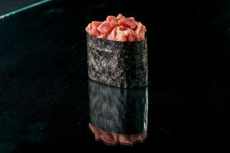 Гункан в нори с острым тунцом
