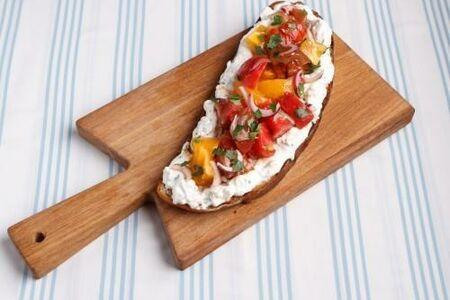 Большой одесский бутерброд с томатами и мягким сыром