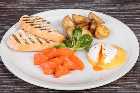 Яйцо пашот с лососем и голландским соусом