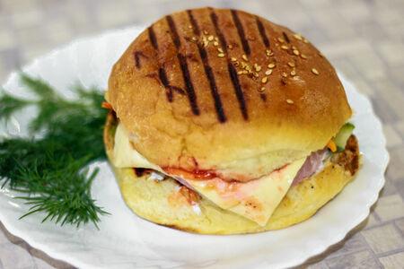 Гамбургер с ветчиной