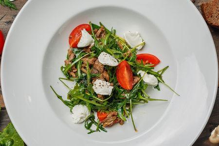 Салат из говядины с рукколой