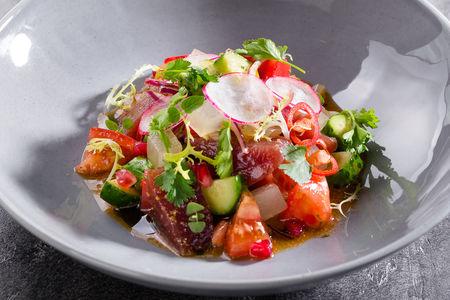 Тартар из тунца с сезонными томатами и тайским соусом