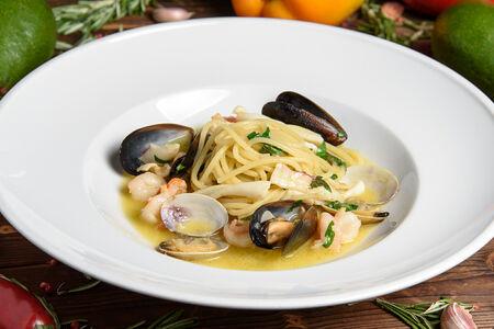 Спагетти с морепродуктами в соусе из белого вина