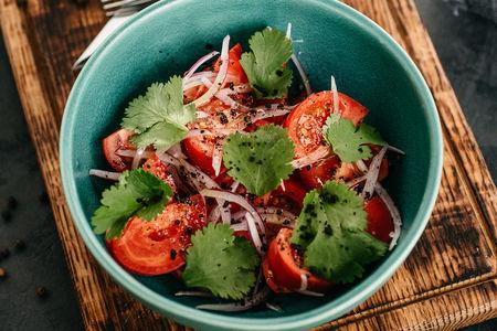 Салат Томаты с красным луком