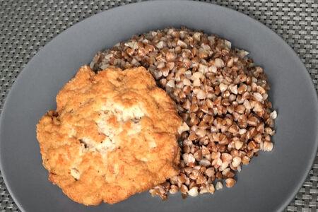 Котлета куриная Солнышко с гречкой и белым соусом