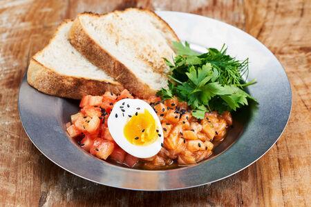 Тартар из лосося с томатным конкассе и соусом том ям