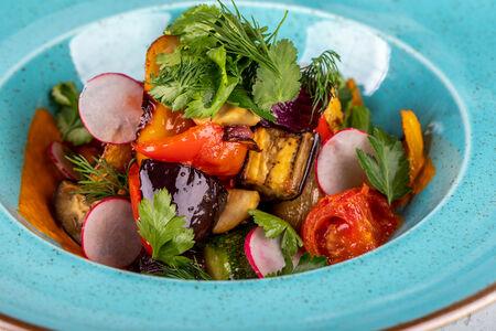 Салат из печеных овощей с песто