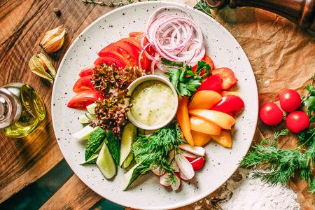 Тарелка из свежих овощей и зелени