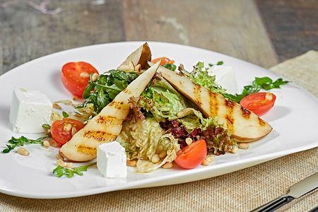 Салат с грушей и сыром фета
