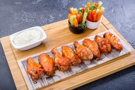 Куриные крылья с соусом блю чиз