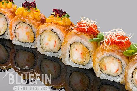 Ролл с обжаренным лососем, сибасом и креветкой темпура