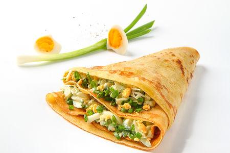 Блин с зеленым луком и яйцом