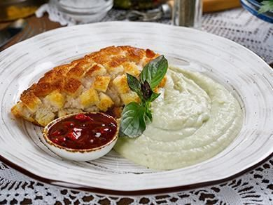 Котлета Пожарская с картофельным пюре и базиликом