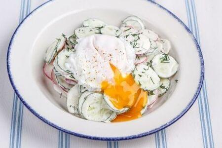 Дачный салат с редисом и яйцом пашот