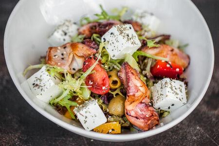 Греческий салат с мини кальмарами