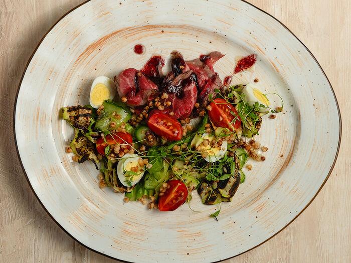 Салат с ростбифом и кабачком гриль