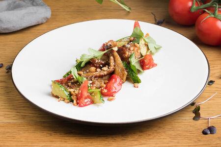 Салат с хрустящими баклажанами и угрем в паназиатском стиле