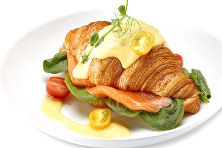 Круассан с лососем и шпинатом