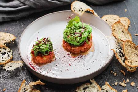 Тартар из лосося с морскими водорослями