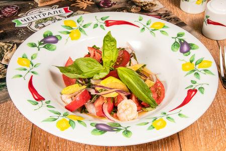 Салат из помидоров с теплыми креветками