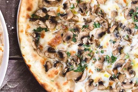 Пицца с шампиньонами и трюфельным маслом