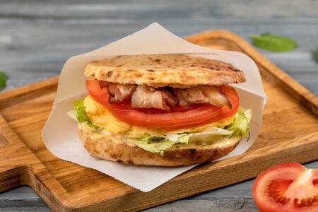 Большой сэндвич с яйцом и беконом Торонто