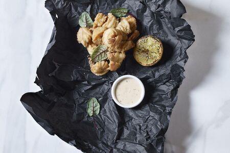 Морепродукты фри с соусом тартар