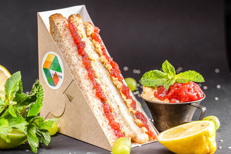 Сэндвич с арахисовой пастой и клубничным джемом