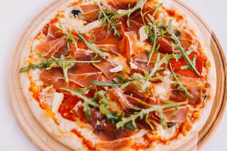 Пицца с хамоном и халапеньо