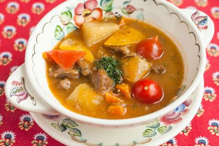 Жаркое в горшочке из баранины с картофелем, чесноком и специями, в собственном соку