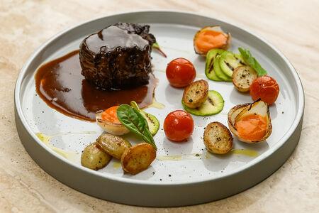 Филе Миньон с овощами, облепиховым и перечным соусом