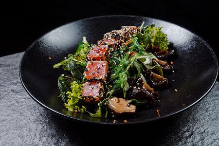Салат с кунжутным тунцом,шитаке и водорослями чука