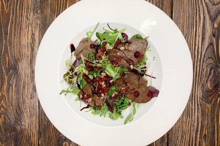Теплый салат с телятиной гриль и клюквенным соусом