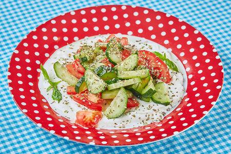 Салат овощной с греческим йогуртом и травами