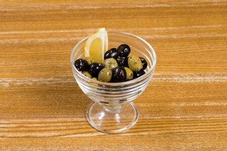Оливки и маслины с травами прованса
