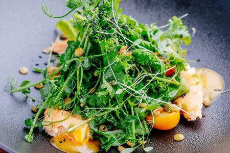 Салат с семгой в азиатском соусе