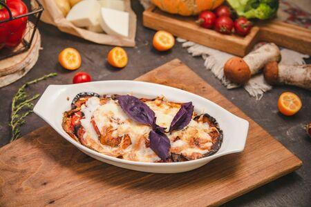 Грунтовые овощи запеченные под сыром моцарелла